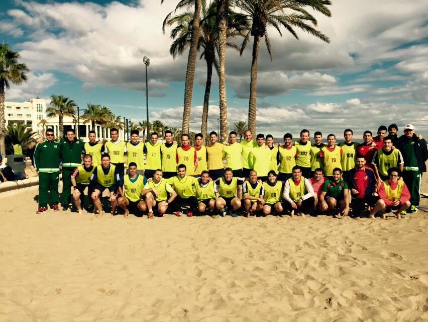 Árbitros de fútbol playa después de las pruebas físicas